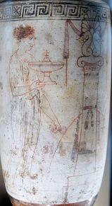 Pittore di Achille. Una donna alla tomba. Pittura vascolare da un lḗkythos attico con sfondo bianco, 440-430 a.C. ca., dal Pireo. Musée du Louvre